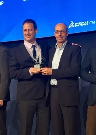 אייל שוריאן, מנהל מכירות, סיסטמטיקס (משמאל), מקבל את הפרס