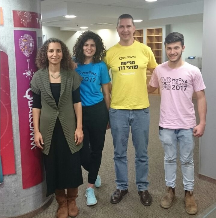 אריק מימרן, מנכל קוואלקום בישראל עם ענת הר-לב אור מנהלת תכנית הרחפנים ושני נציגי הקבוצות הזוכות