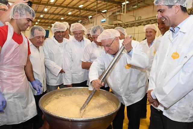 נשיא המדינה ראובן ריבלין במפעל הטחינה אחוה צילום: מארק ניימן לעמ