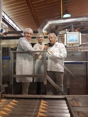 אבי גלברד מימין מארח נציגים מספרד במפעל גילרו