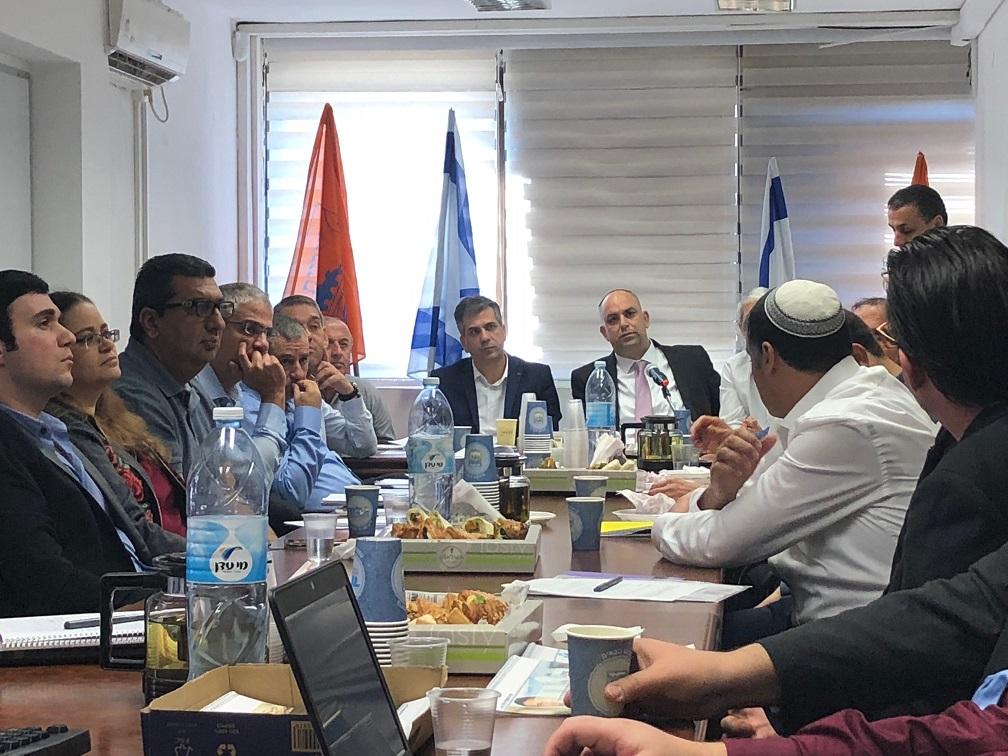 צוותים מקצועיים עירית לוד עם שר הכלכלה אלי כהן