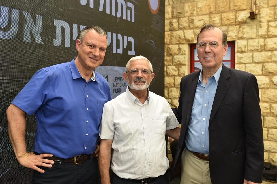 אראל מרגלית (משמאל)עם ראש העיר קריית שמונה ויור רשות החדשנות עמי אפלבאום